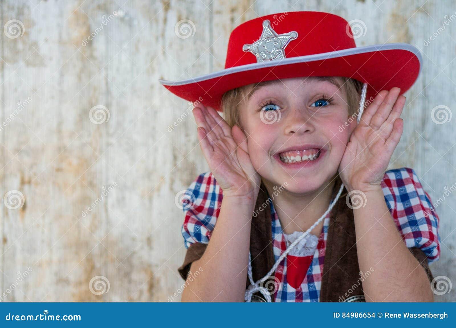 作为牛仔/女牛仔打扮的逗人喜爱的孩子