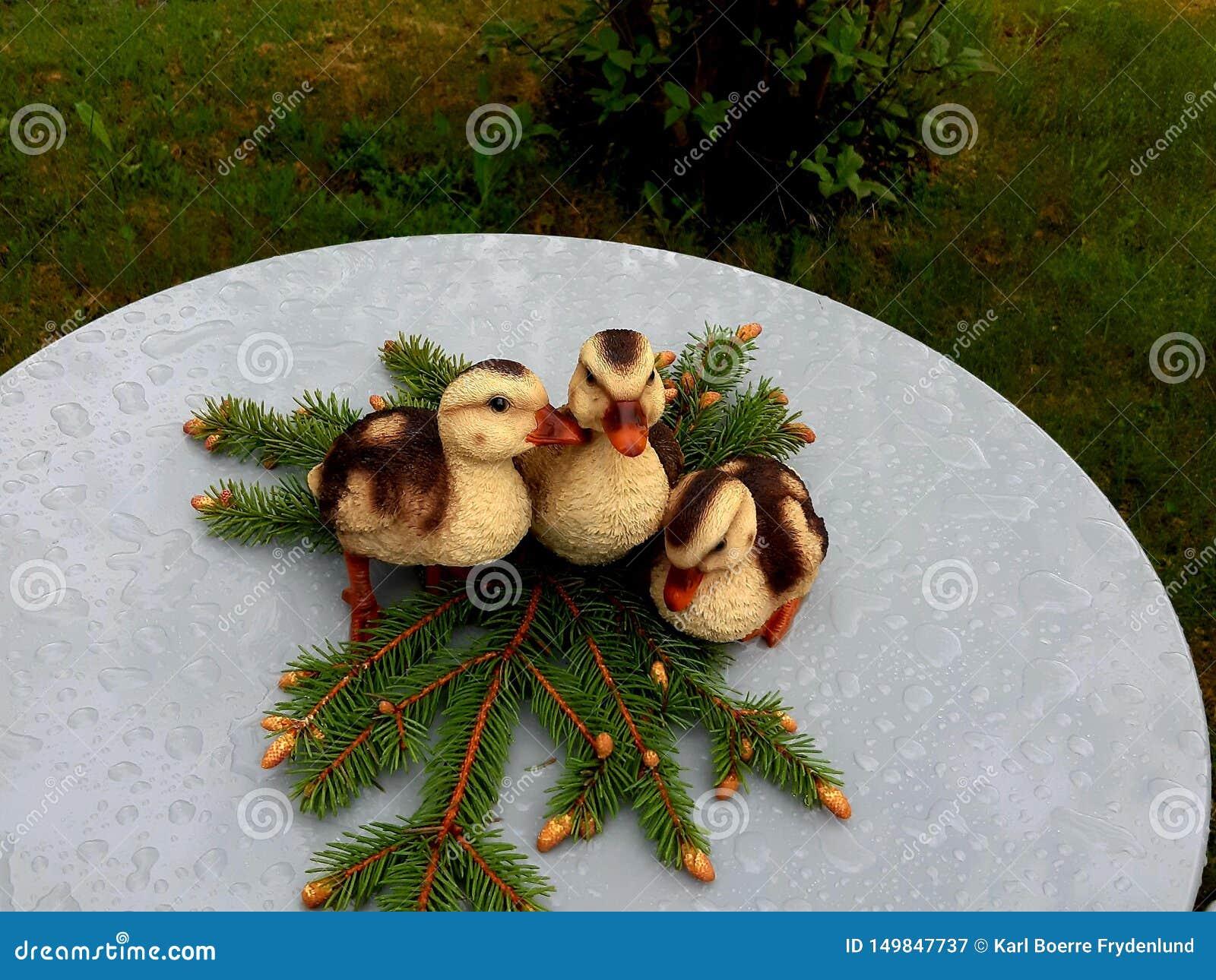 作为装饰的三个小末端在庭院桌上