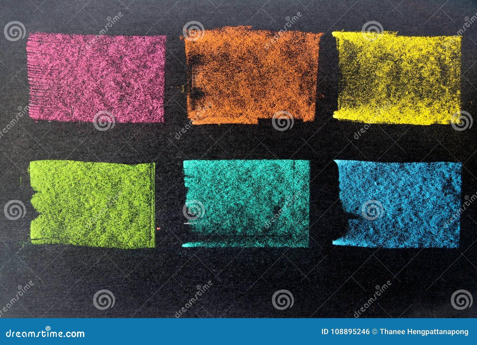 作为镶边线的多颜色粉笔画在黑委员会backgro