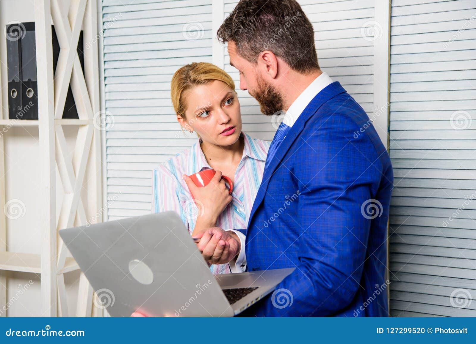 作为队的上司和秘书或者助理工作 要求同事观点  商人举行膝上型计算机冲浪的互联网与