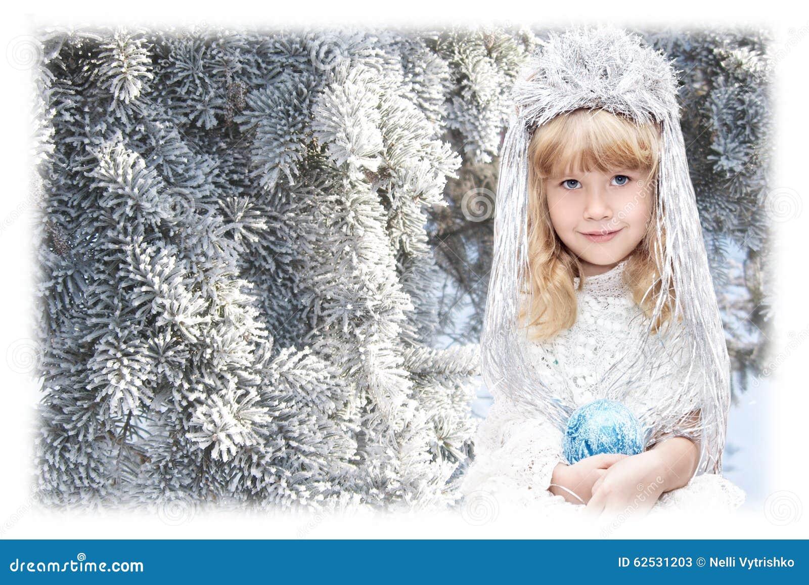 作为雪花打扮的小女孩