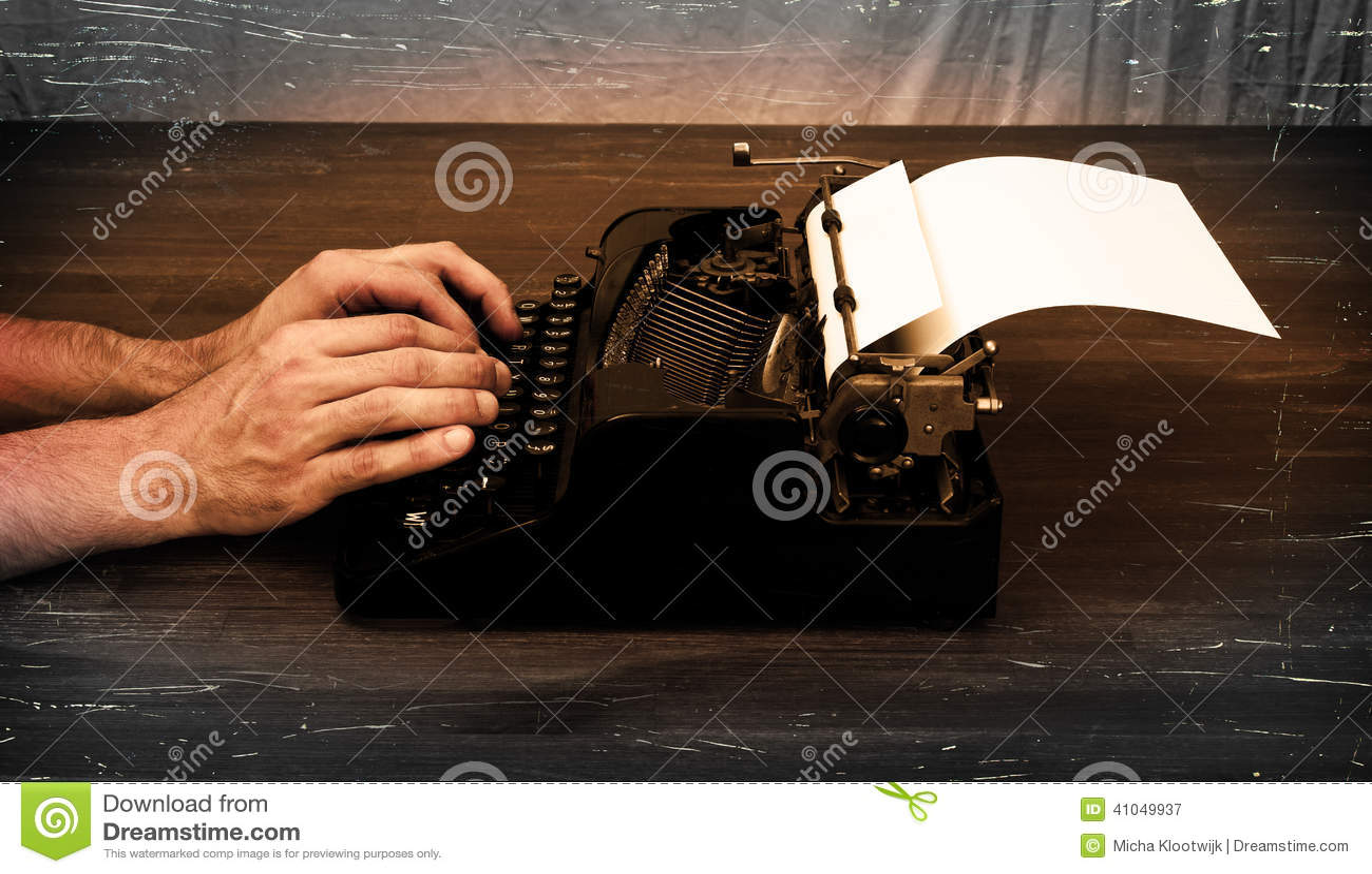 作家或记者在打字机后