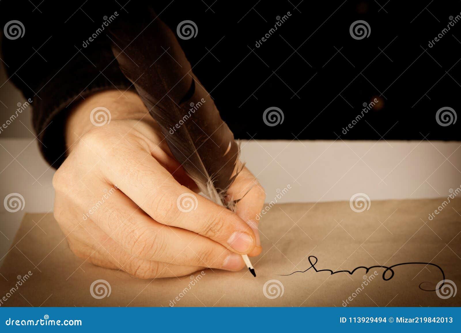 作家拿着在写信纸和署名的钢笔