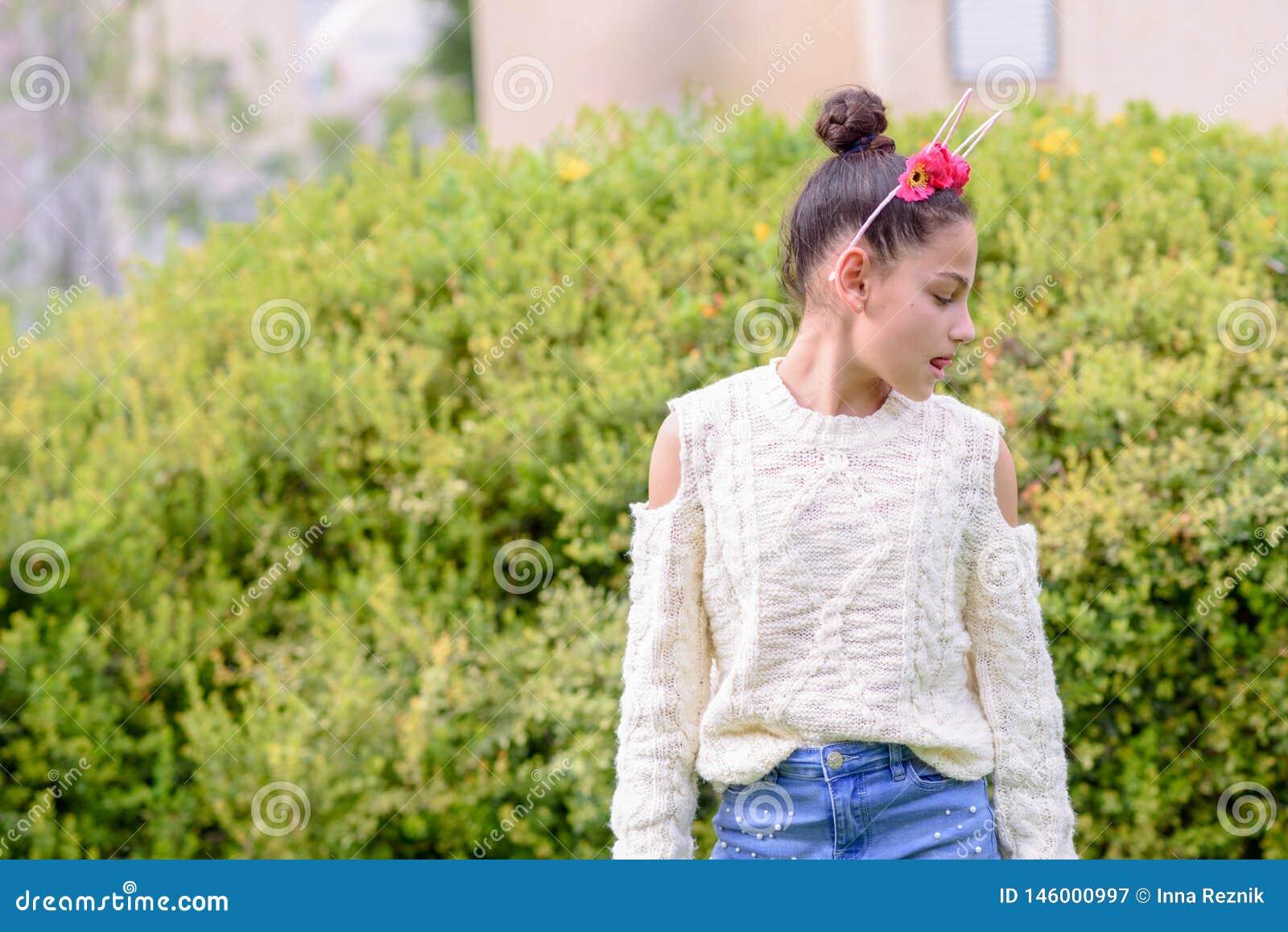 佩带在自然背景前面的Black-headed女孩一个花卉冠身分每好日子