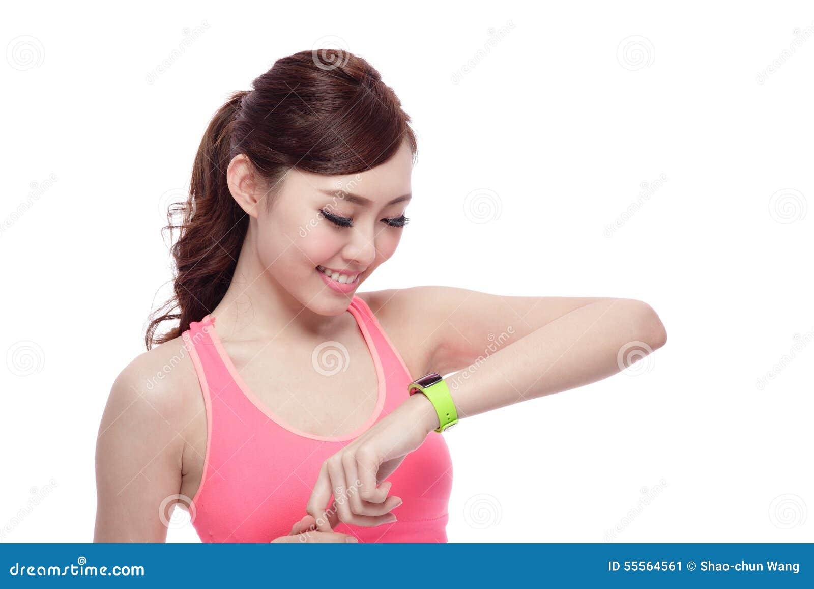 佩带巧妙的手表的体育妇女