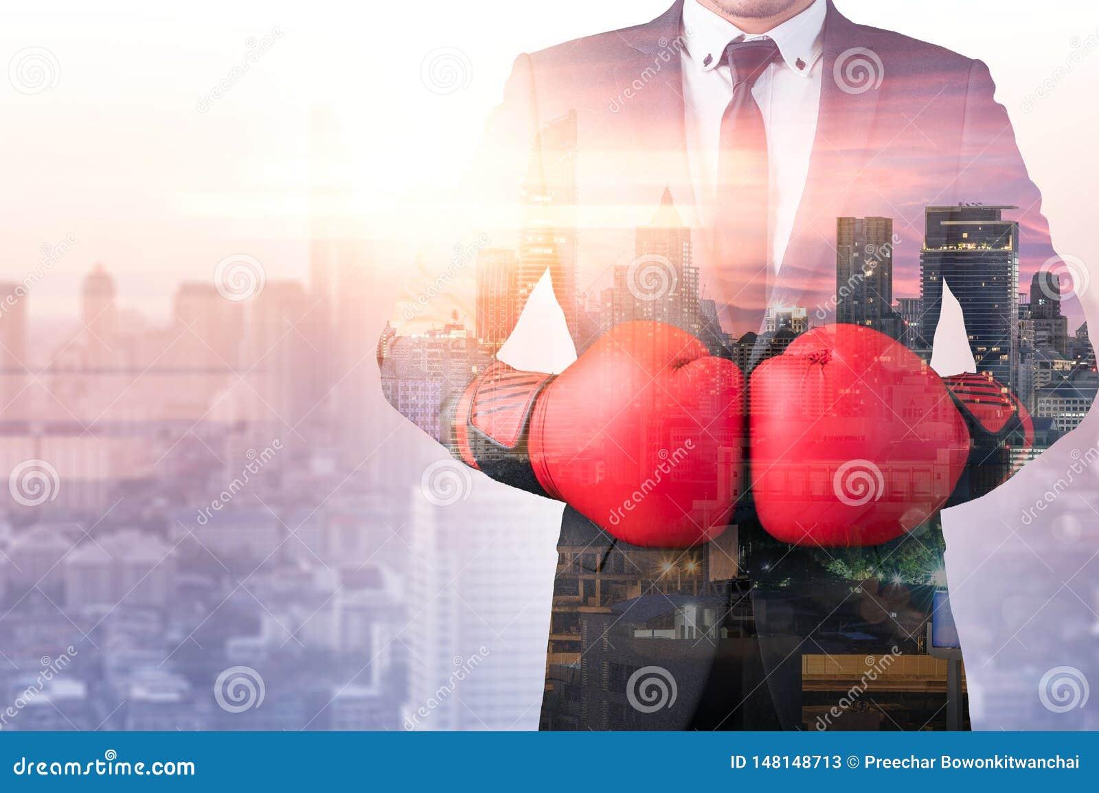 佩带有都市风景图象的商人的两次曝光图象一件把装箱的露指手套覆盖物 战斗,商业w的概念