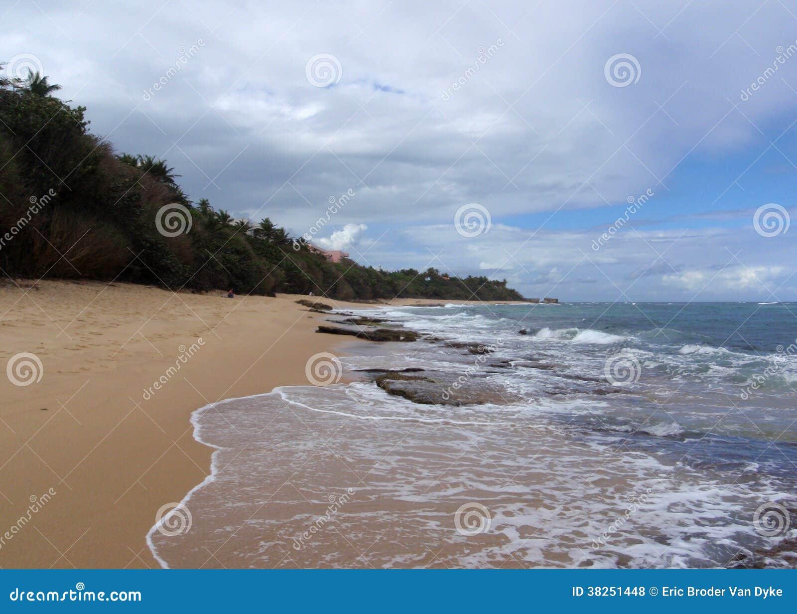 使在水和脚印刷品的岩石靠岸
