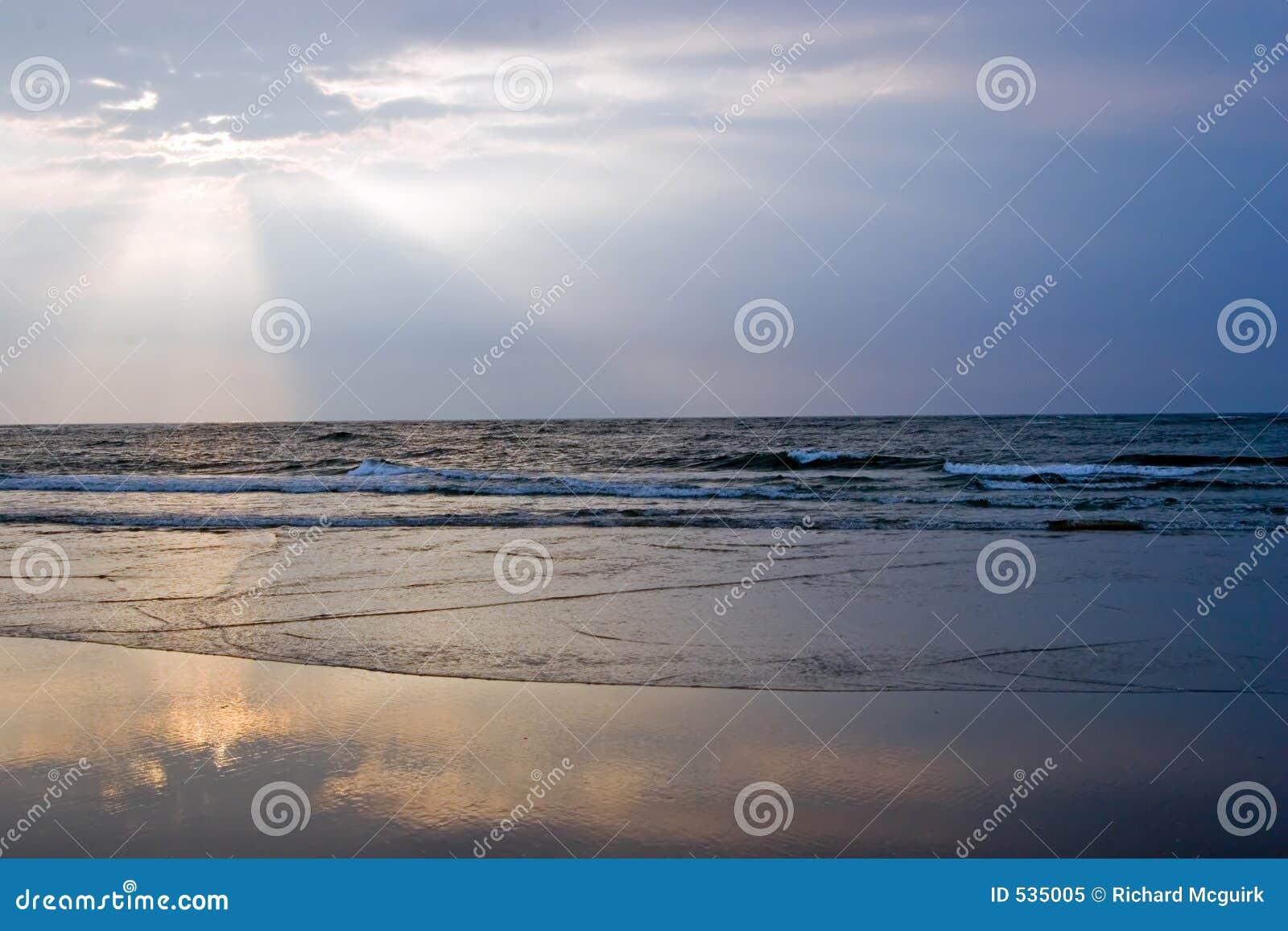 Download 使日出靠岸 库存图片. 图片 包括有 本质, 黎明, 海岸, 沙子, 沿海, 金黄, 海景, 颜色, 破晓, 横向 - 535005