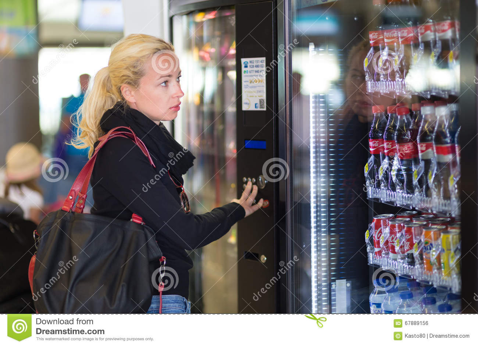 使用一台现代自动售货机的夫人