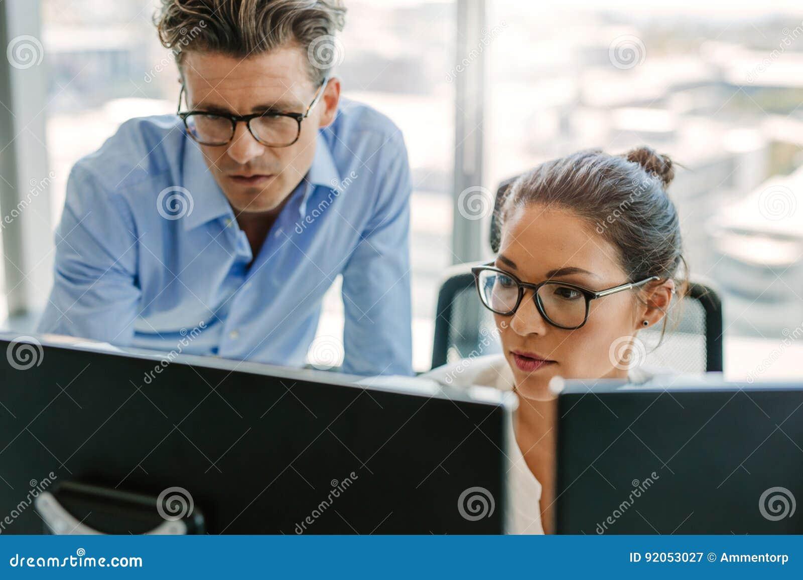 使用一台计算机的被聚焦的企业队在办公室