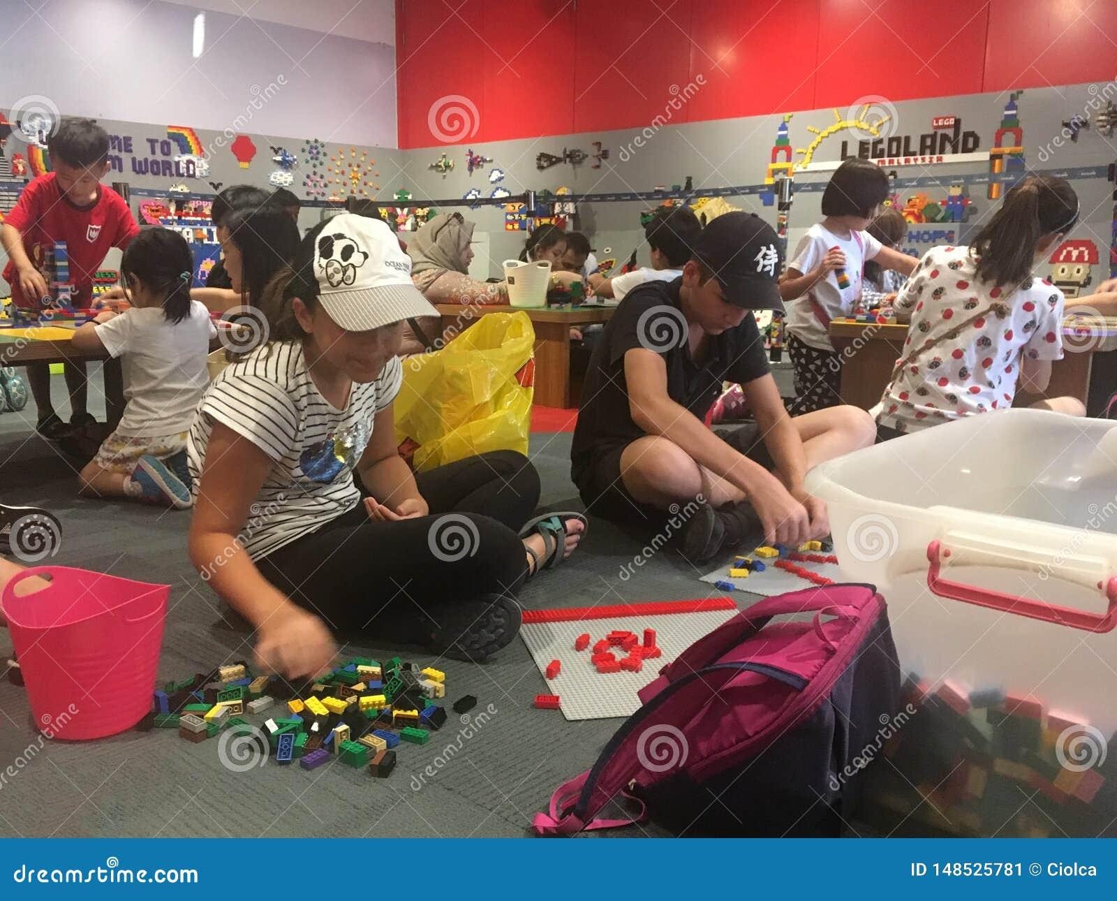 使用与乐高零件的孩子在Legoland马来西亚