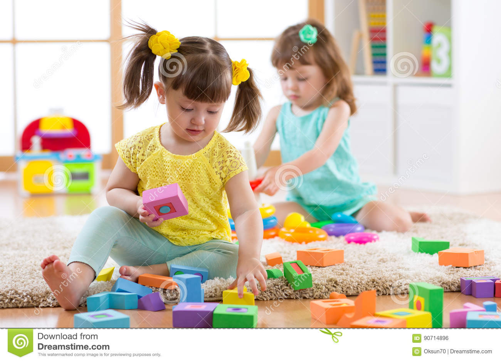 使用与五颜六色的块玩具的孩子 在家建立塔或托儿所的孩子 的幼儿园的教育儿童玩具