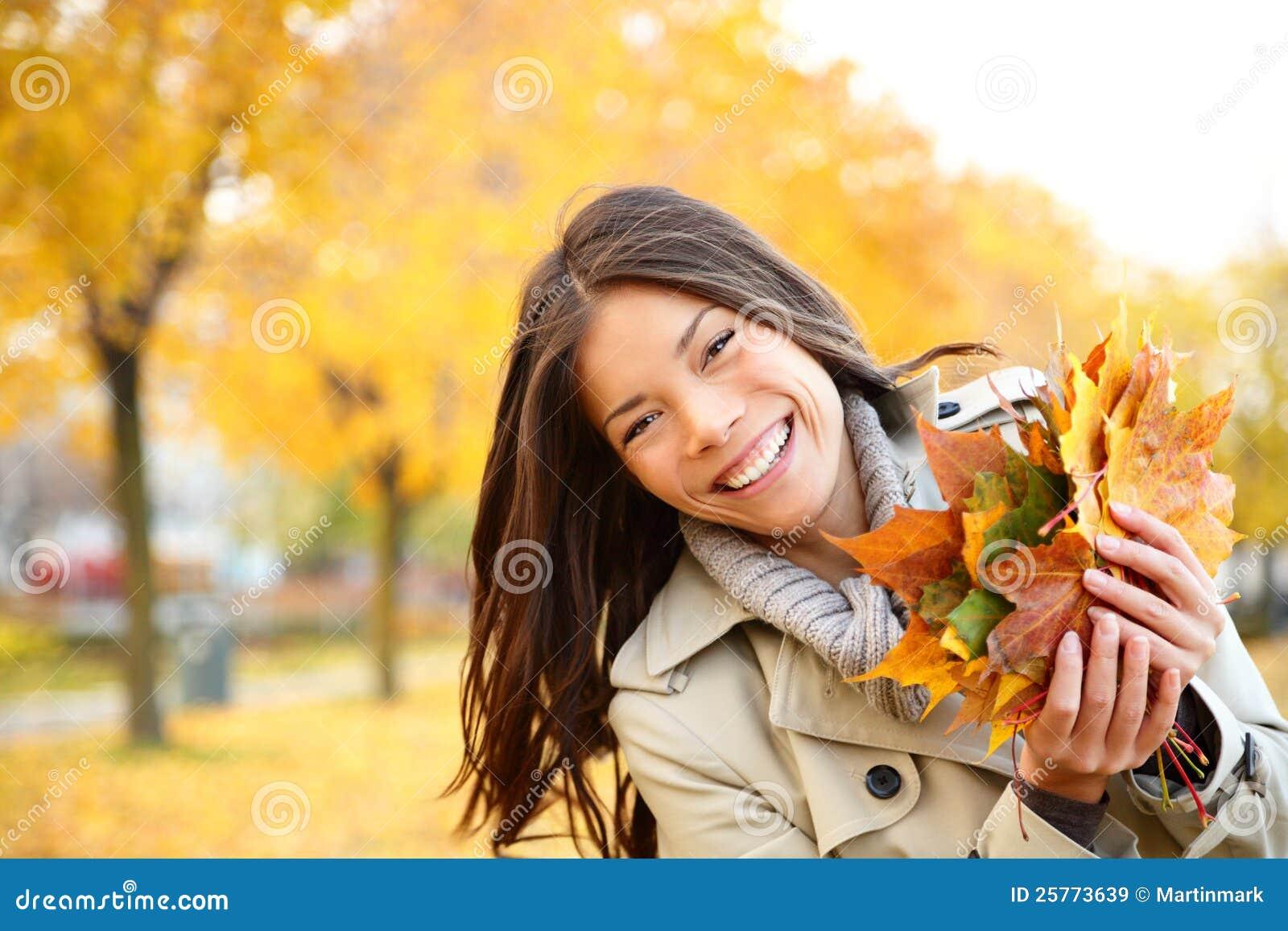 使用与叶子的秋天妇女