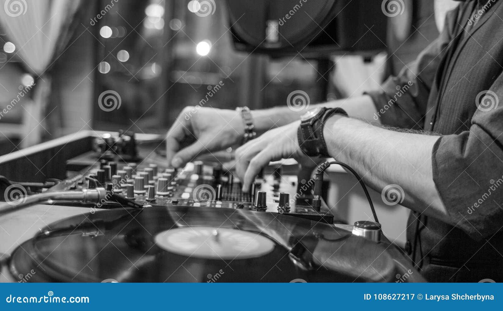 使用与唱片的DJ的手
