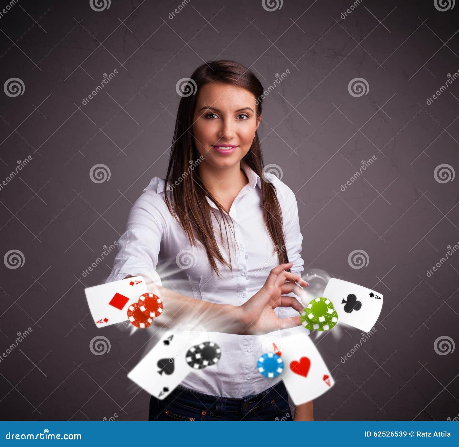 使用与啤牌看板卡和筹码的少妇