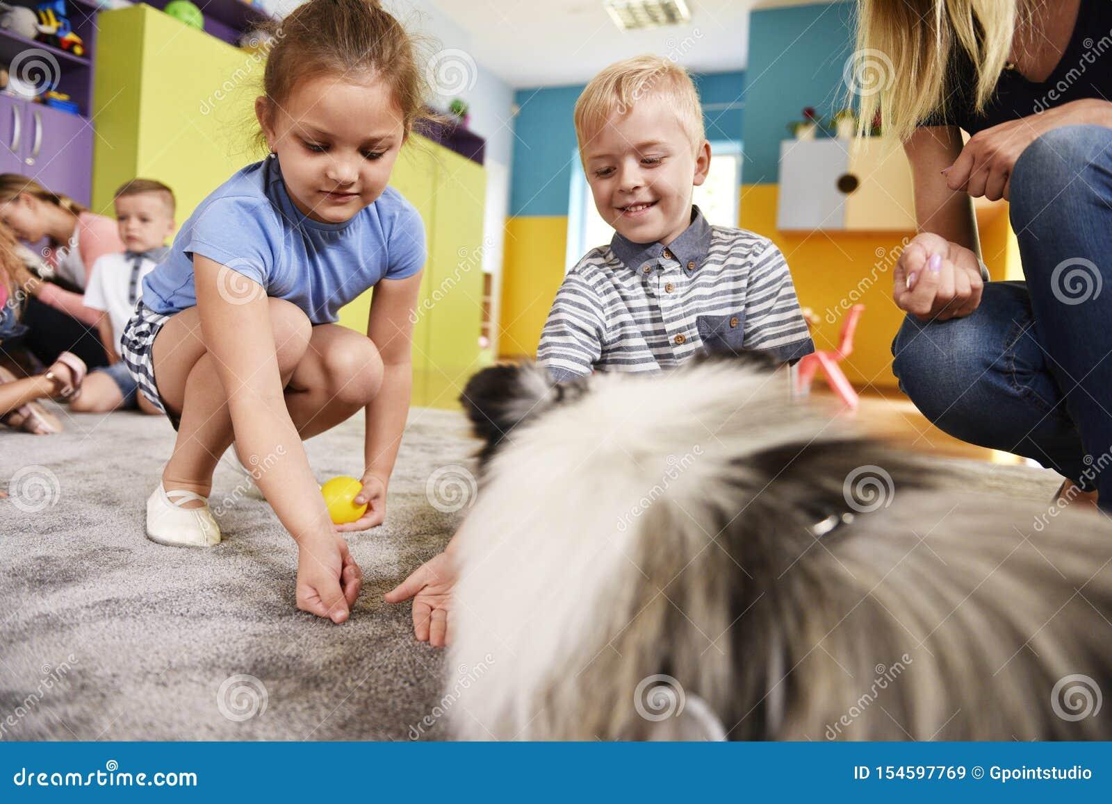 使用与在幼儿园的狗的孩子
