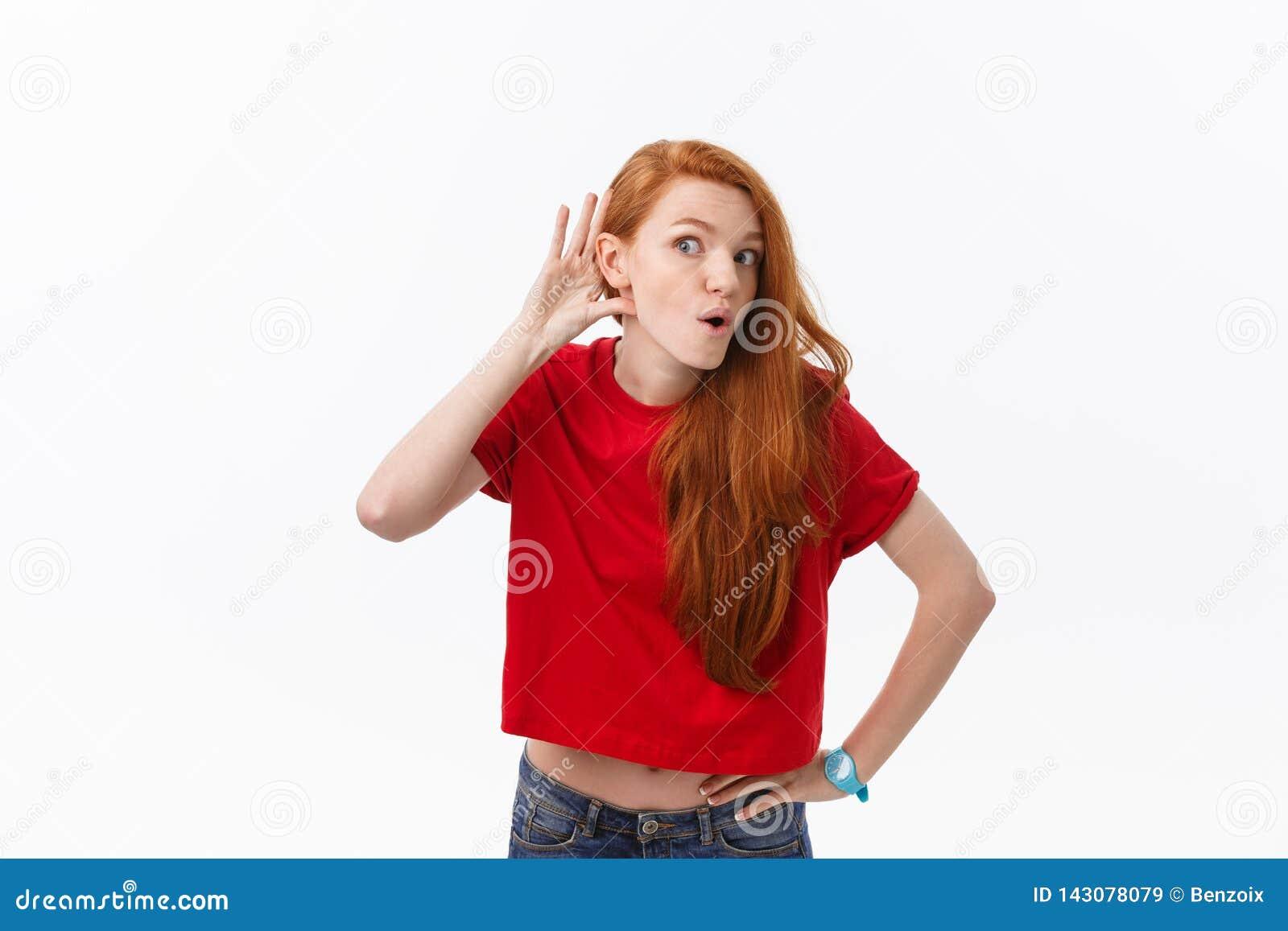 使用与头发的快乐的妇女的演播室图象微笑和笑,摆在白色背景