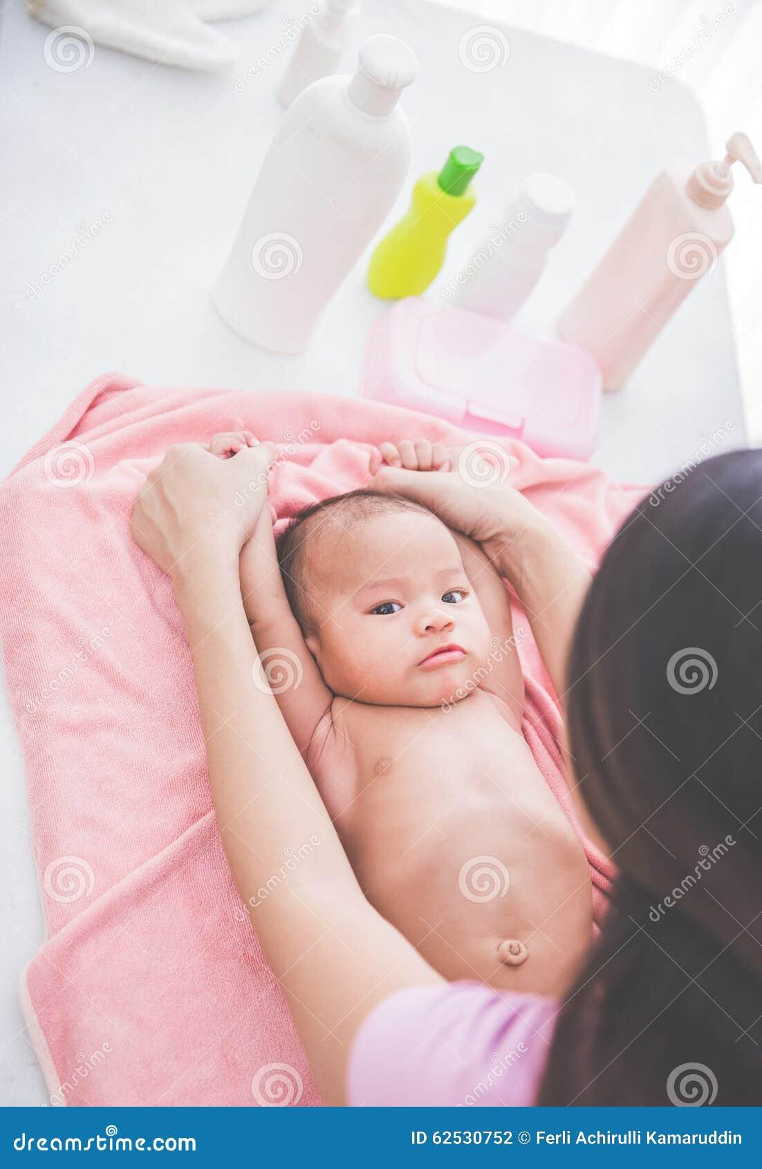 使用与她的母亲的愉快的婴孩在bahted以后