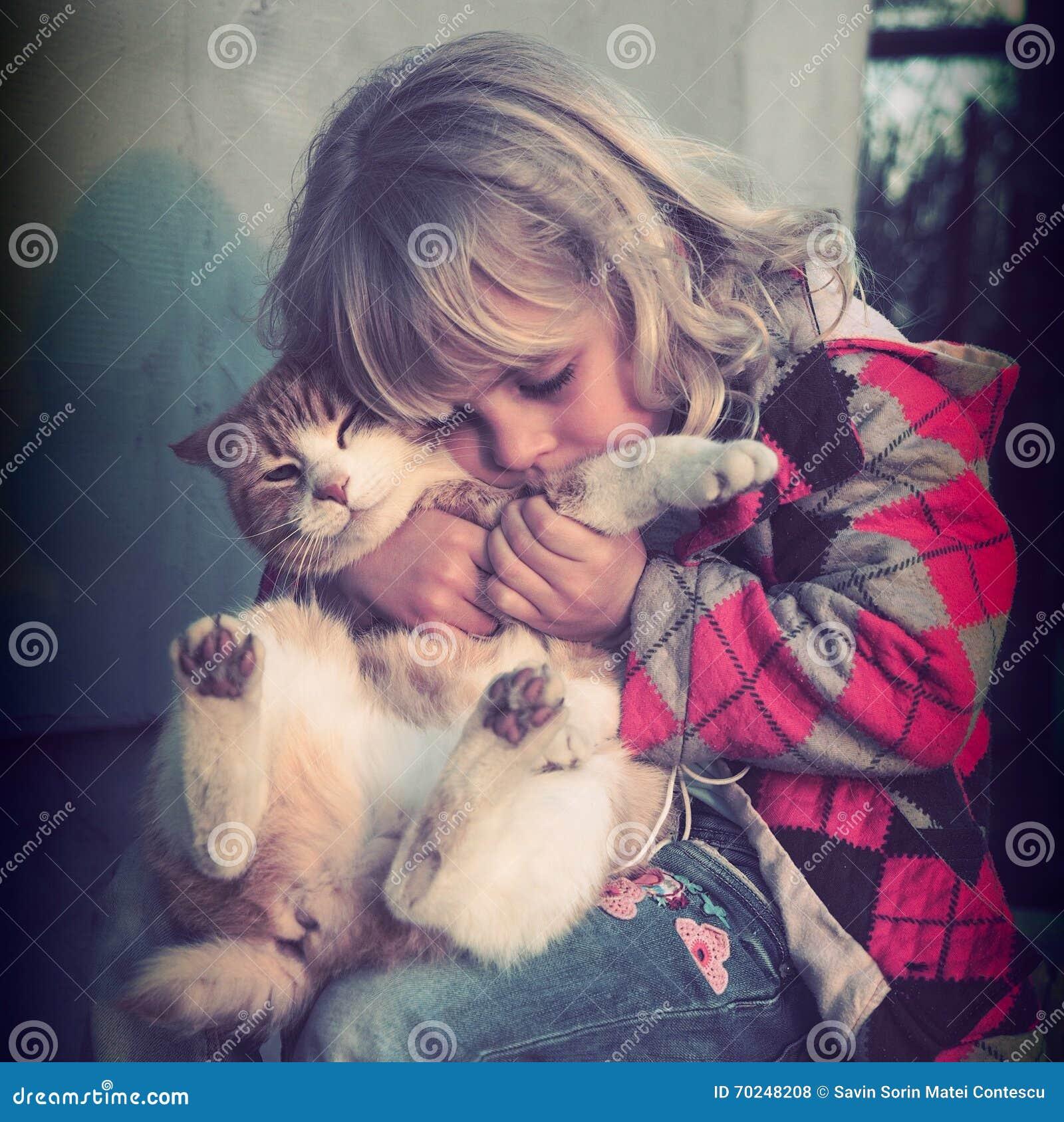 使用与她的猫的小女孩