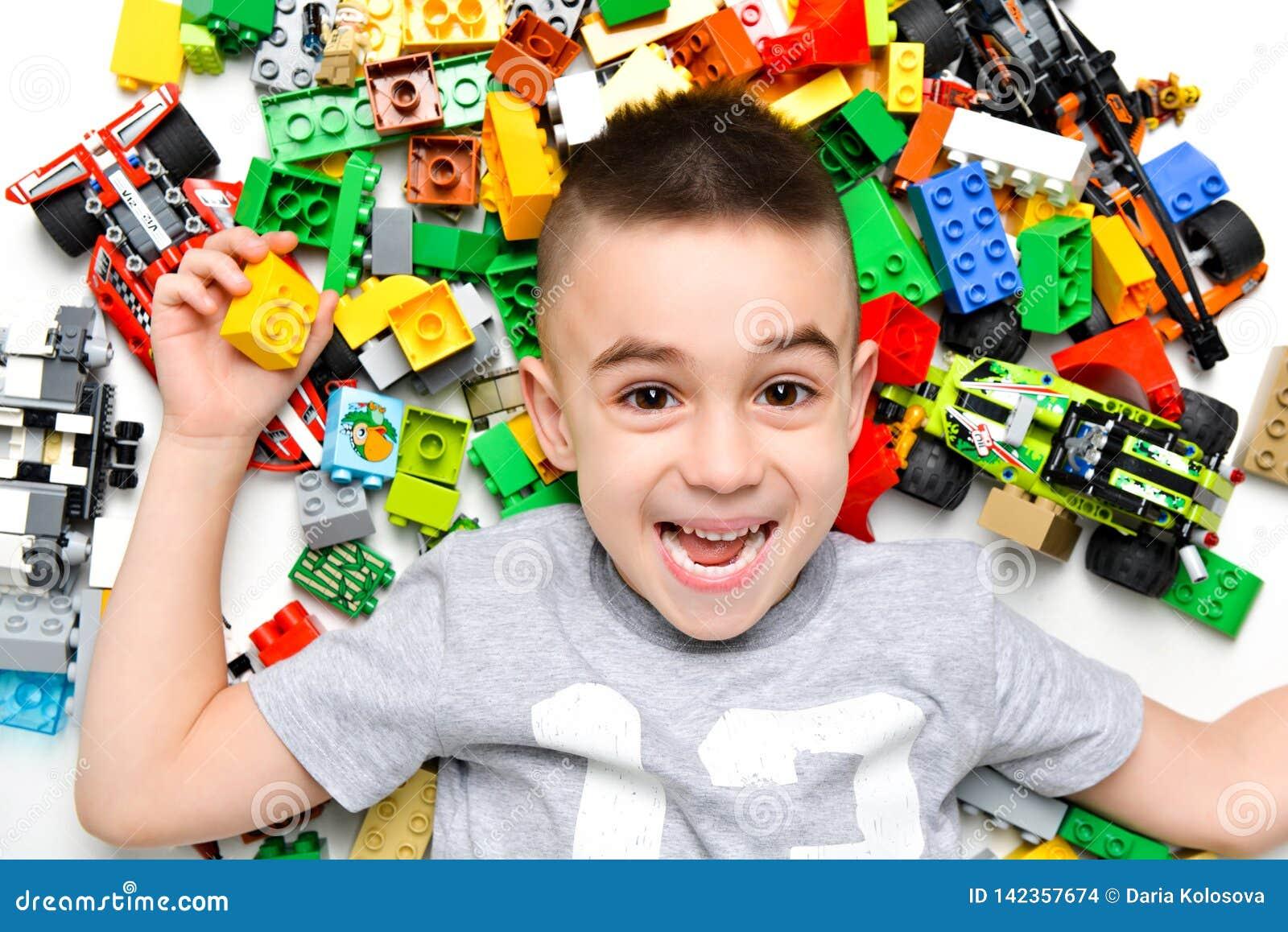 使用与室内许多的小孩五颜六色的塑料玩具