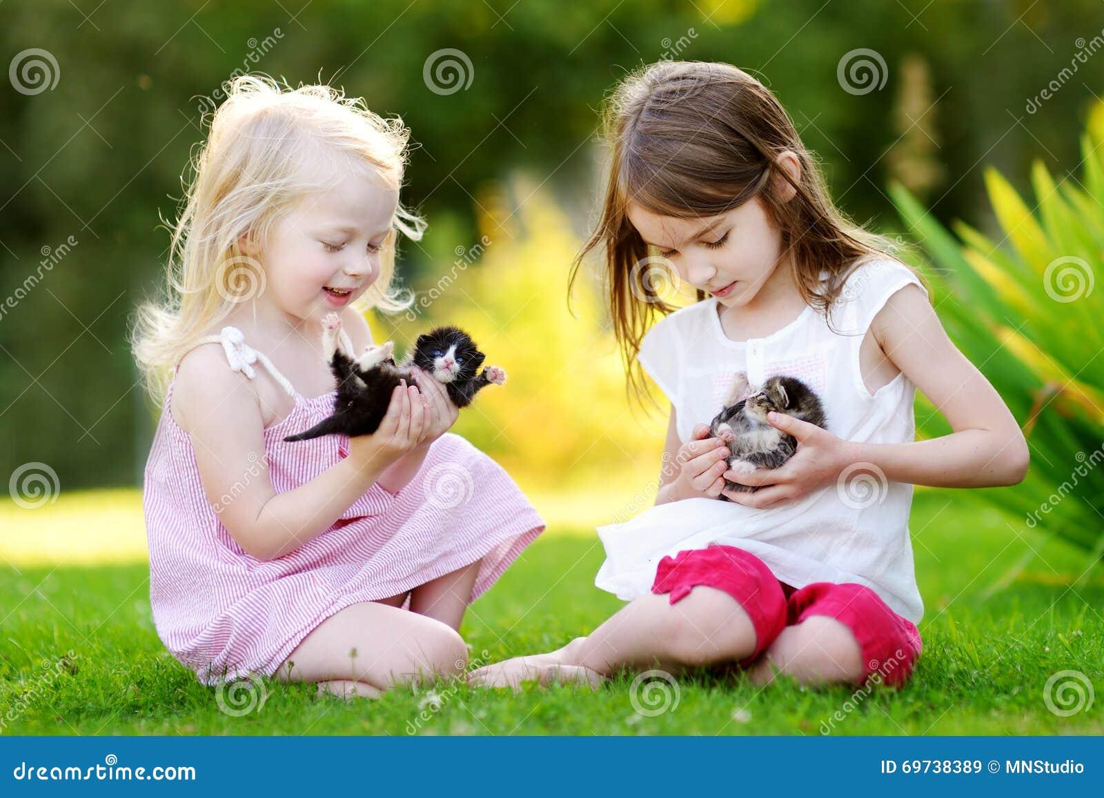 使用与小新出生的小猫的两个可爱的妹