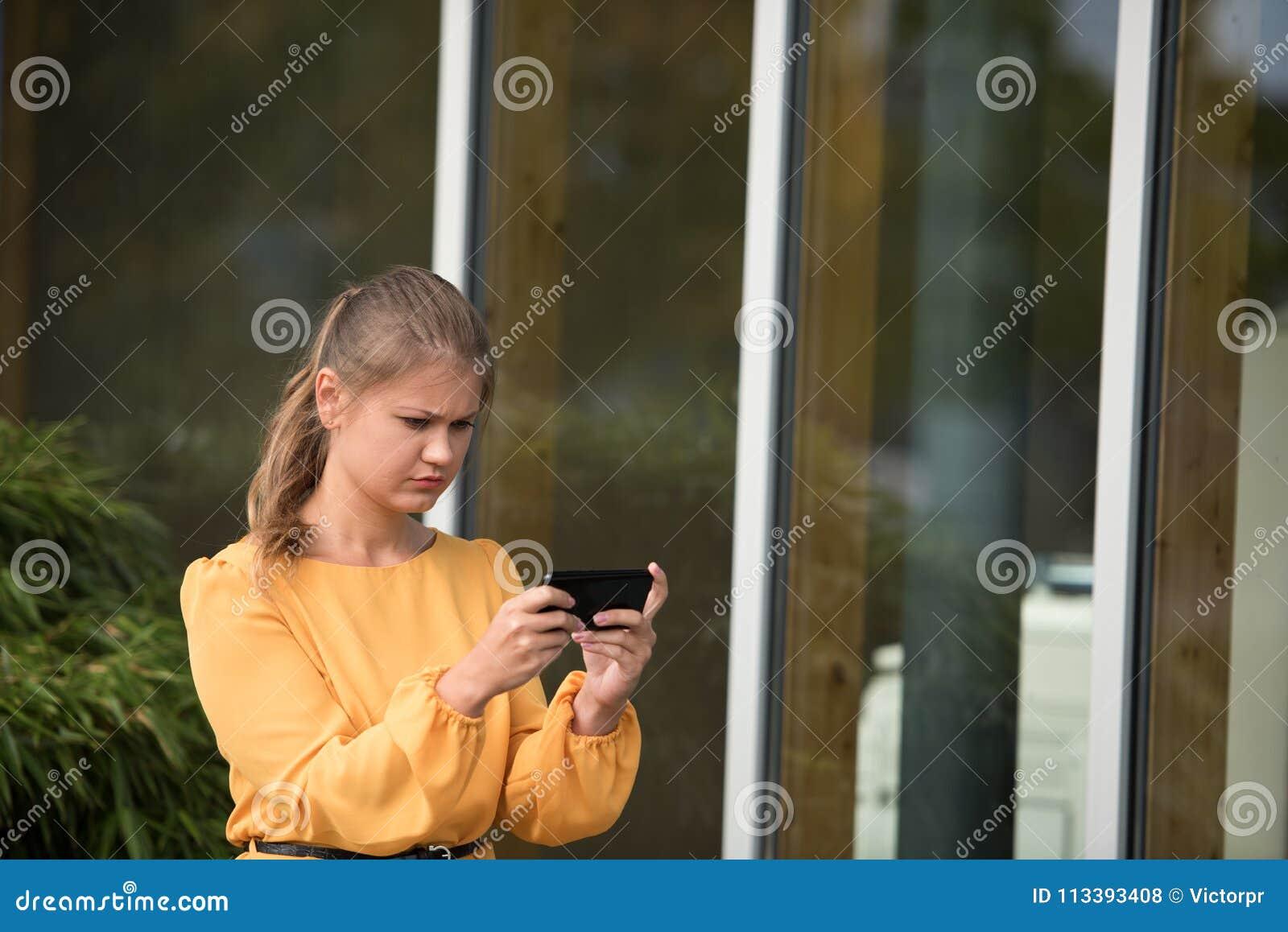 使用与手机的年轻女实业家