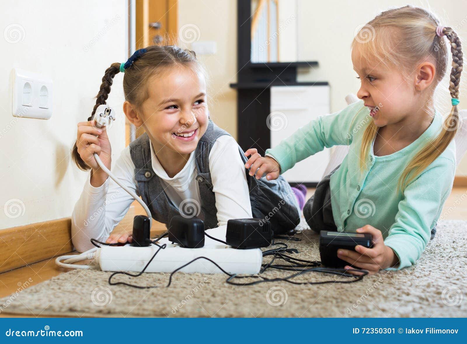 使用与插口和电的孩子户内