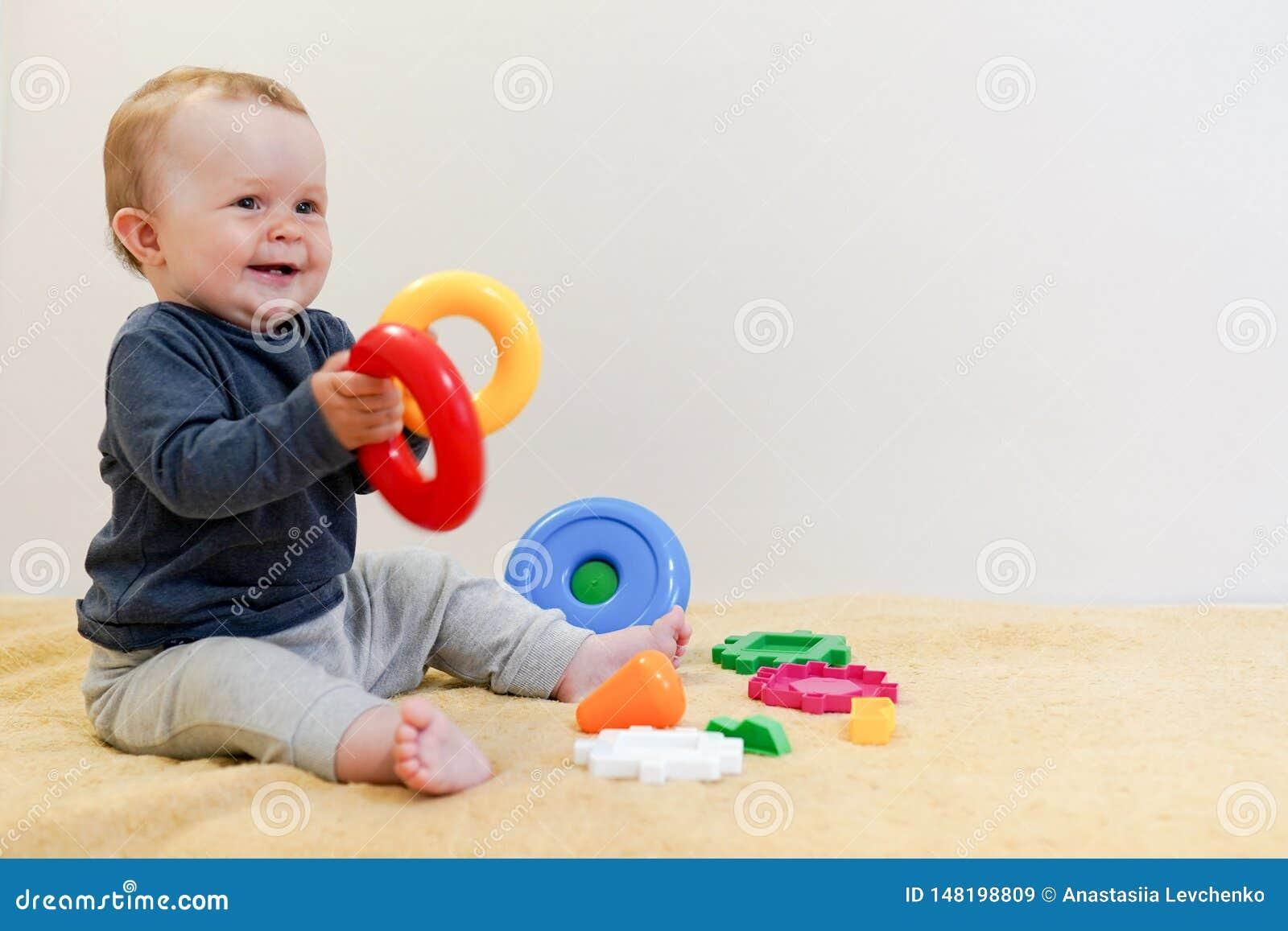 使用与教育玩具的可爱的婴孩 r 获得愉快的健康的孩子乐趣在家 ??