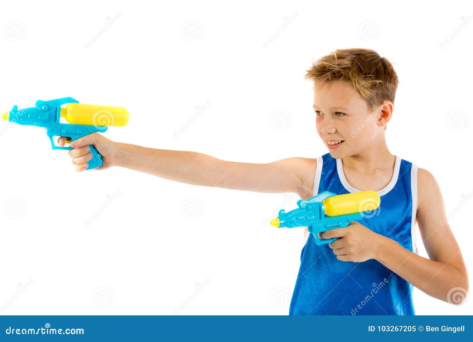 使用与水枪的青春期前的男孩
