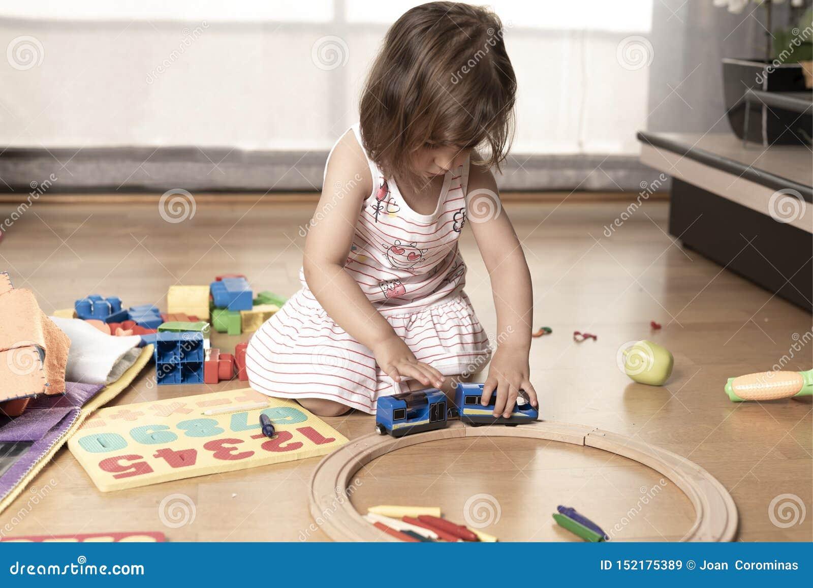 使用与火车玩具的女孩