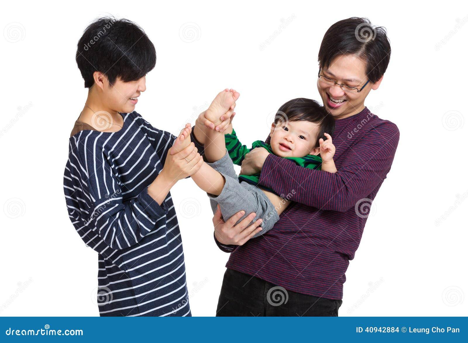 使用与男婴的愉快的亚洲家庭