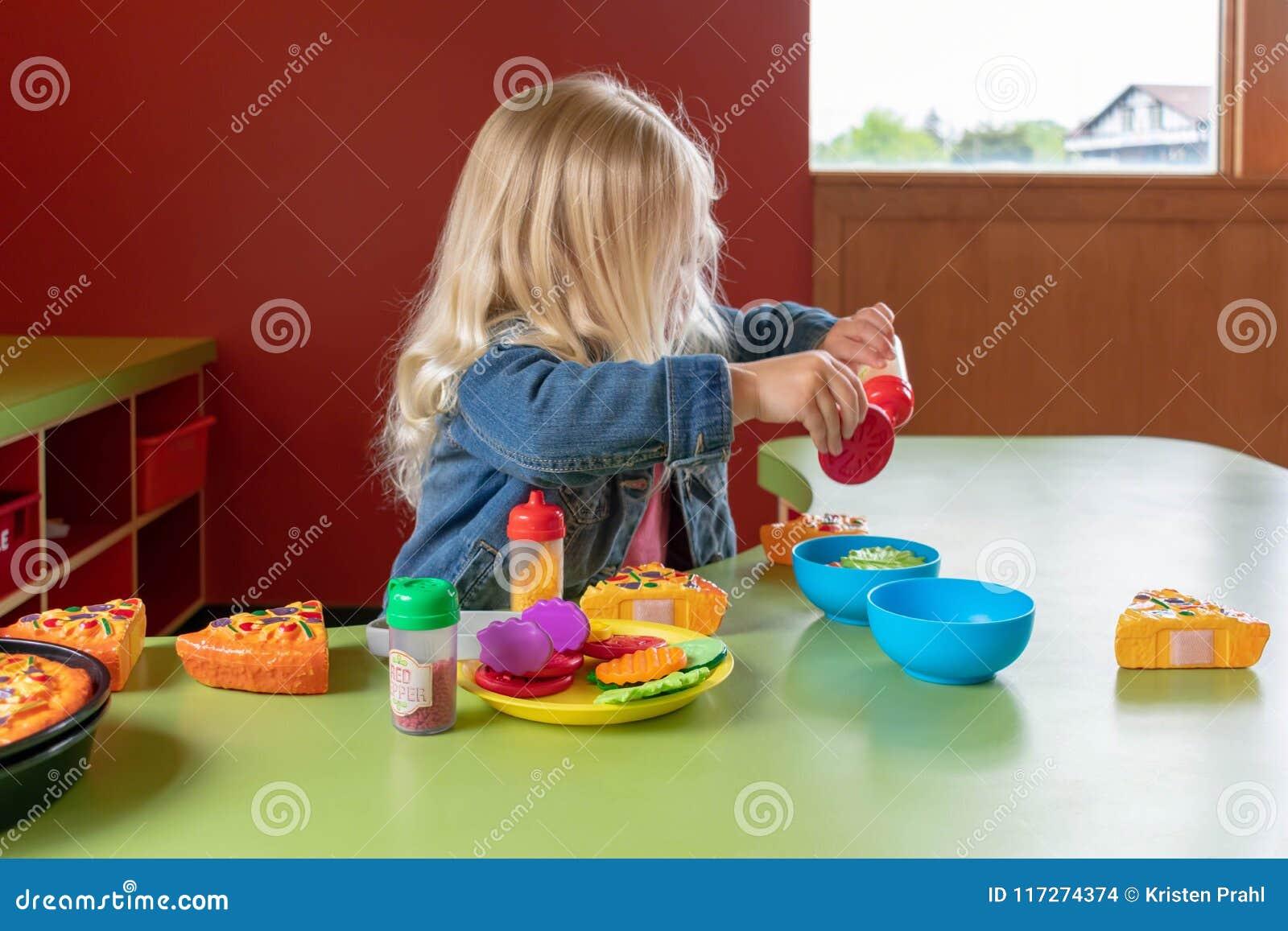 使用与的学龄前儿童假装食物在学习中心