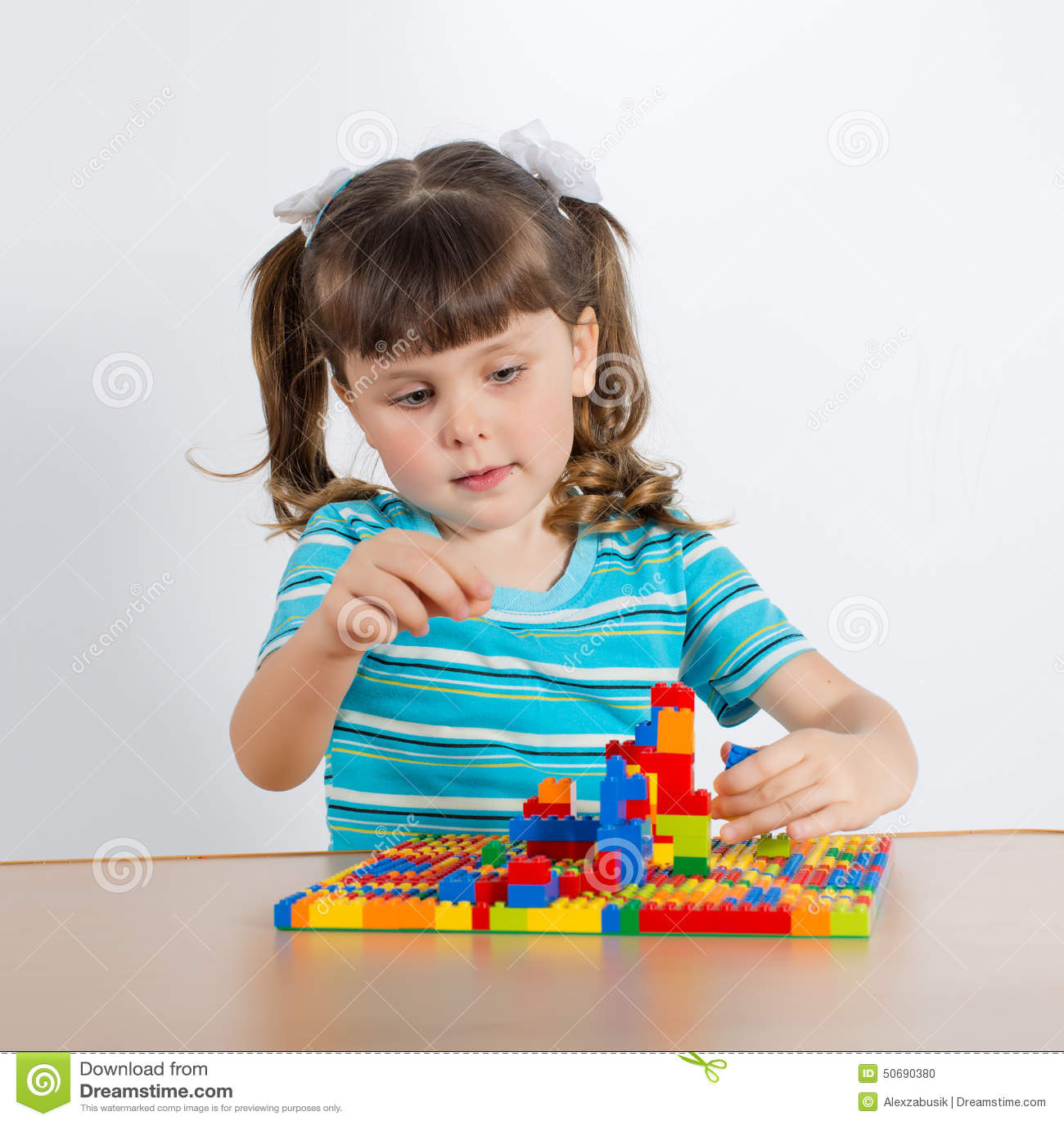Download 使用与连接的立方体的小女孩 库存照片. 图片 包括有 创造性, 完成, 白种人, 浓度, 上色, 女儿, 女演员 - 50690380