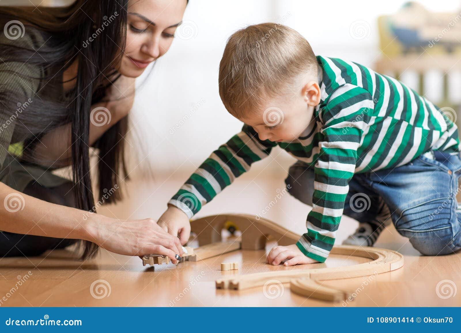 使用与铁路的小孩和他的母亲坐地板