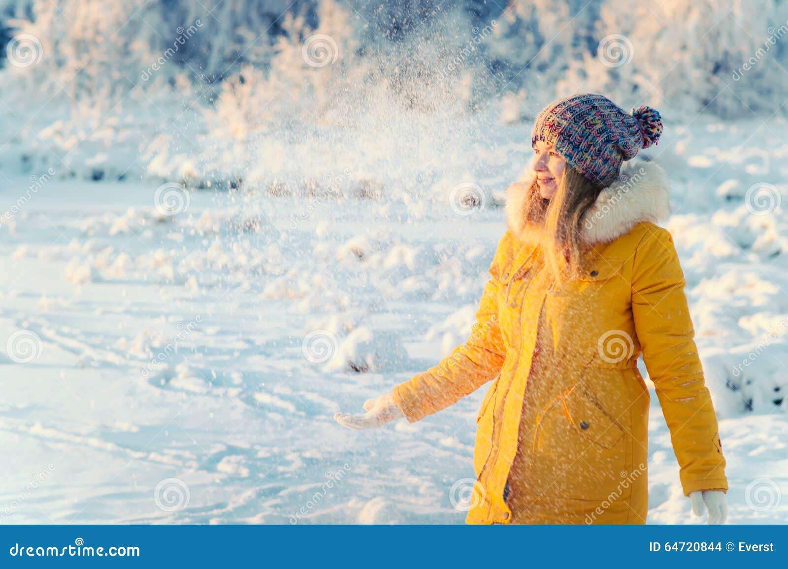 使用与雪室外冬天的少妇
