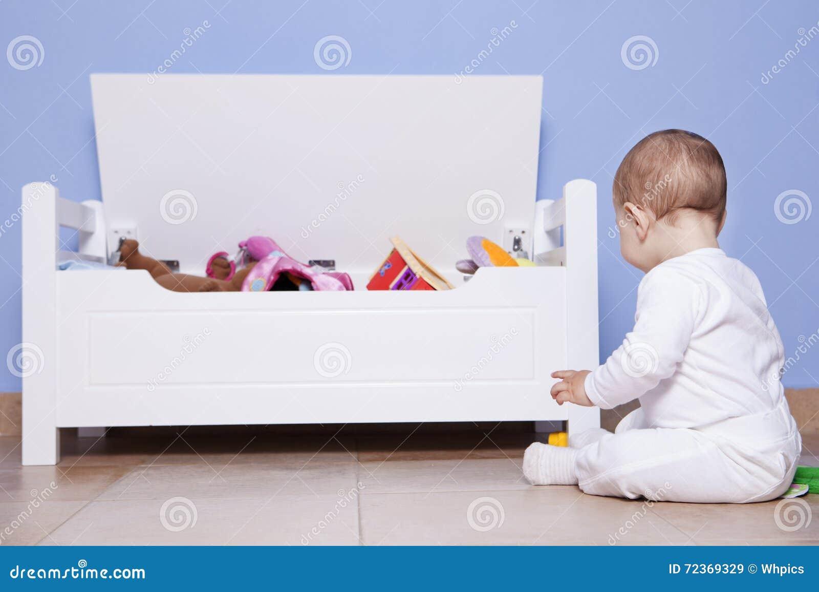 使用与他的玩具树干的男婴