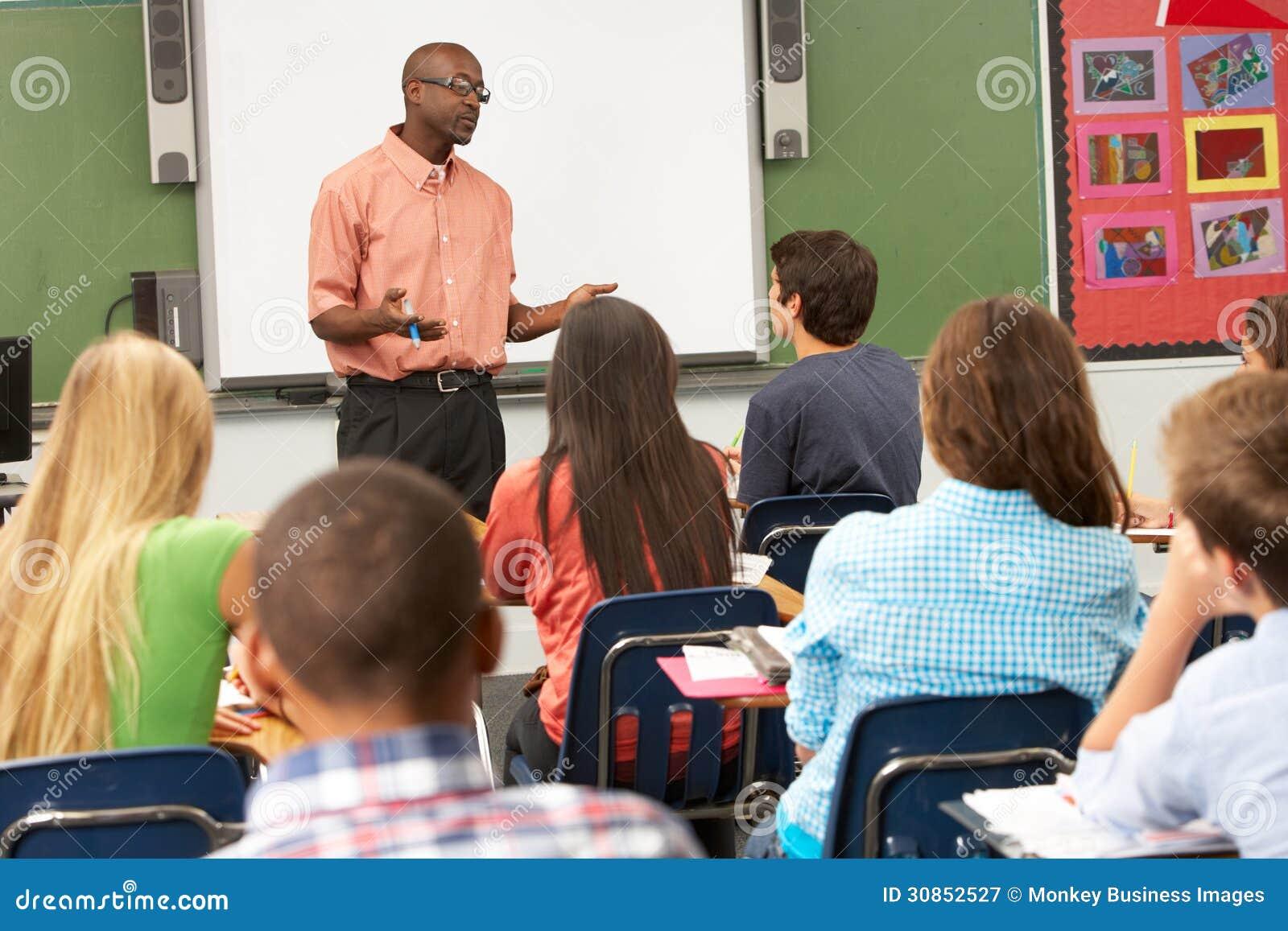 使用交互式Whiteboard的老师在教训期间