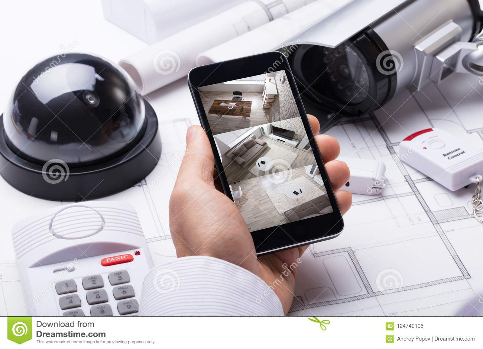 使用住家安全系统的人手在移动电话