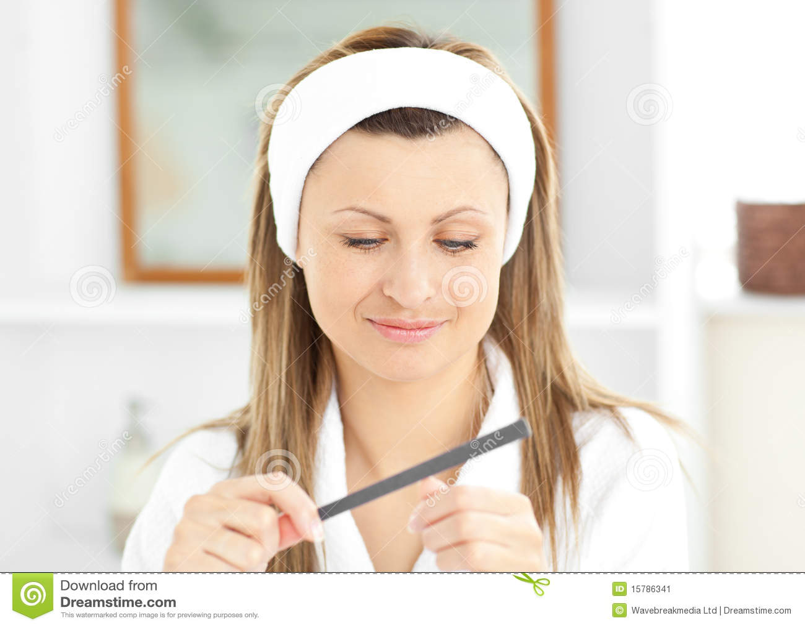 使用佩带的妇女的浴文件愉快的钉子&#