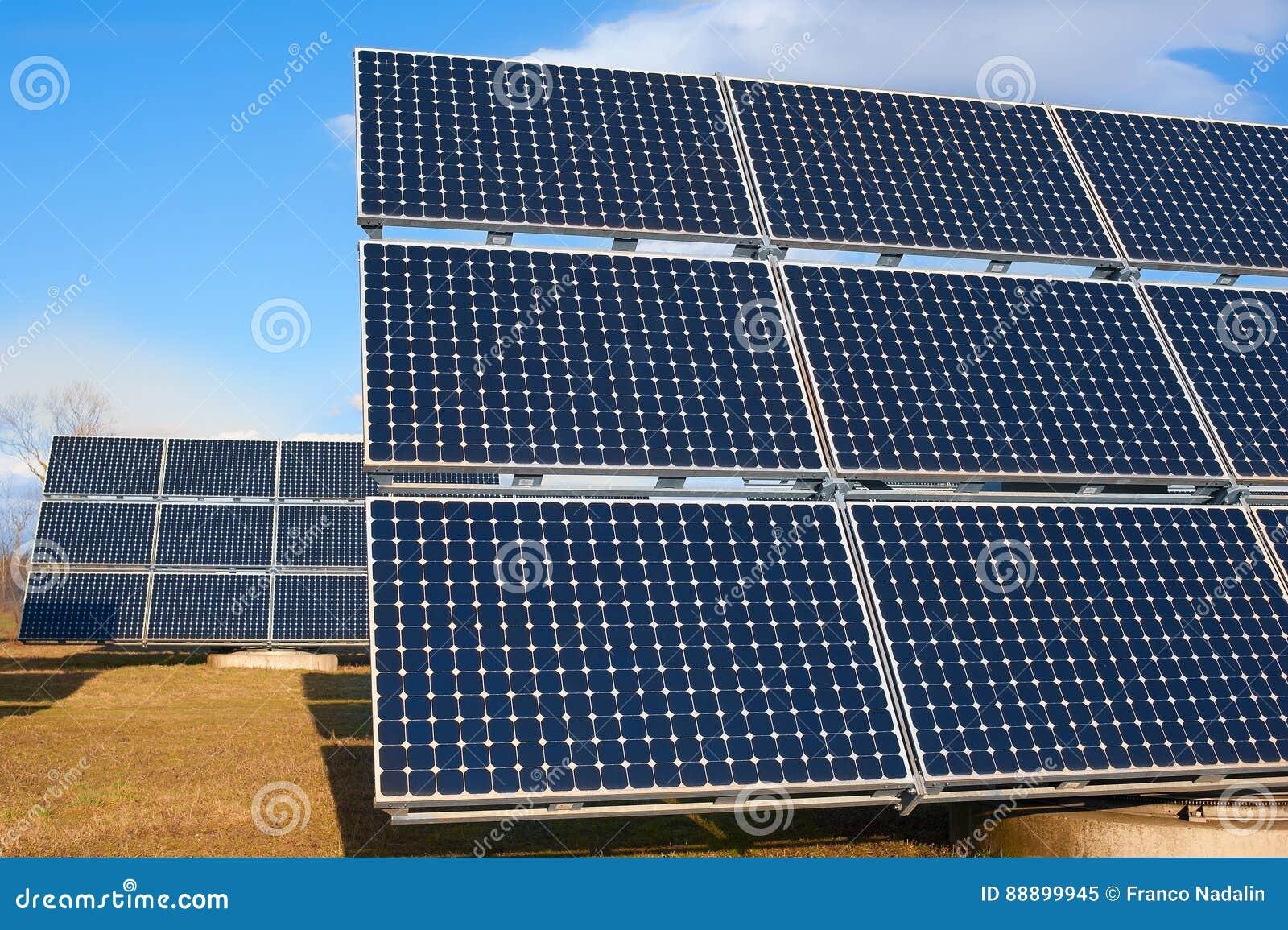 使用可再造能源的太阳能发电厂与太阳