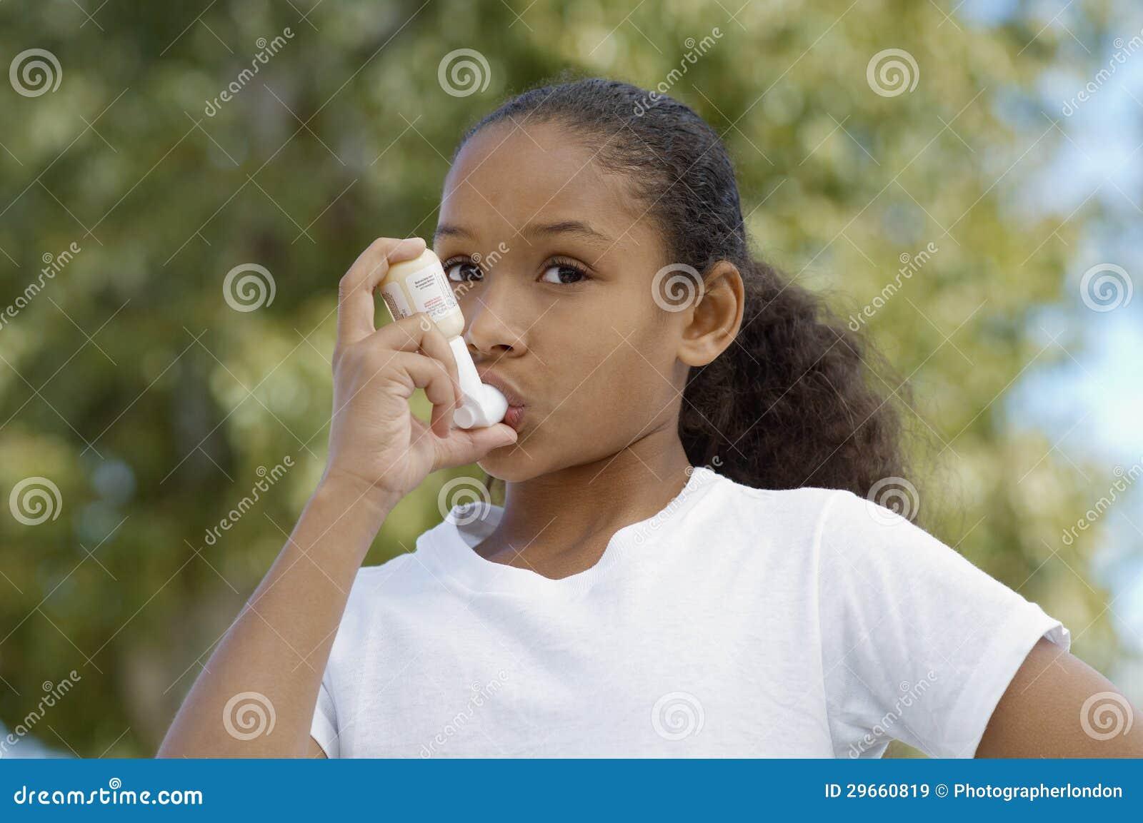 使用哮喘吸入器的女孩