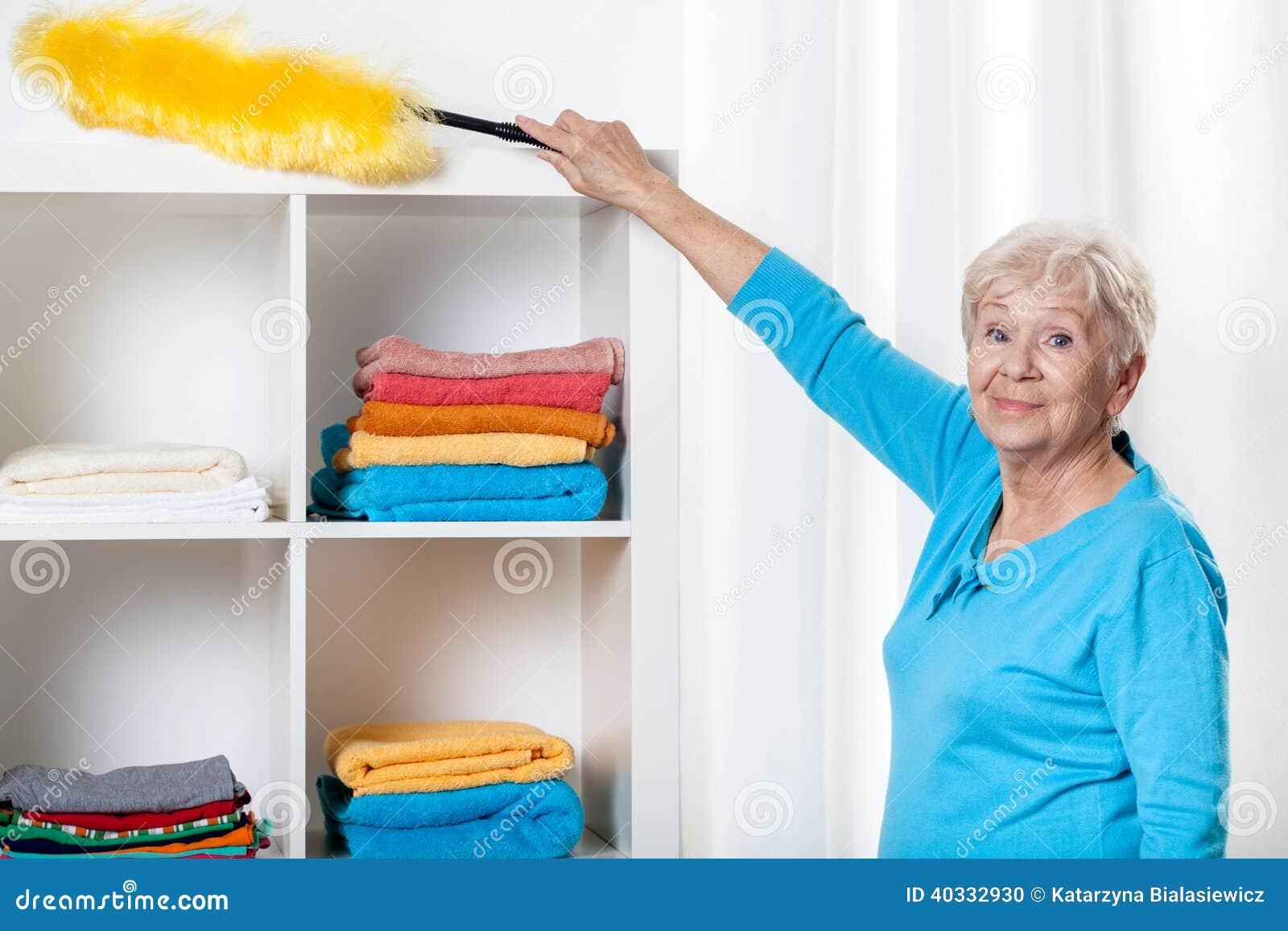 使用喷粉器的年长妇女