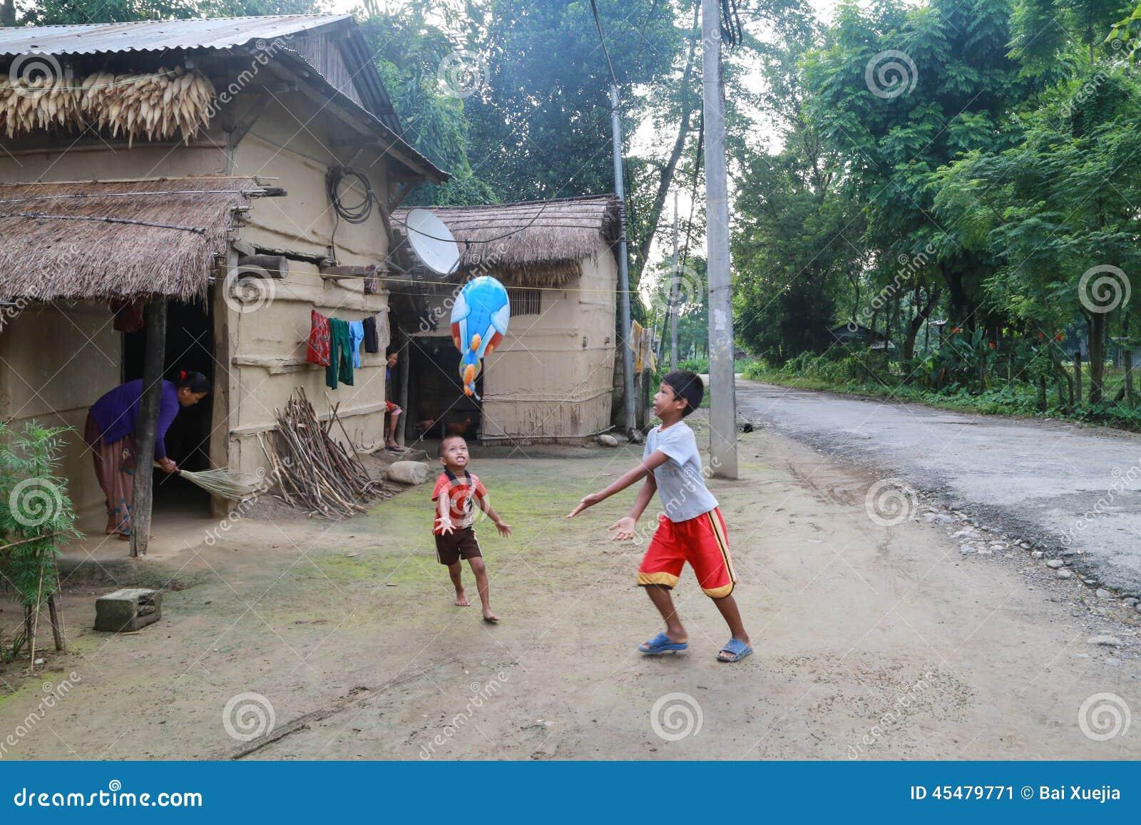 使用在原始的Tanu家庭,尼泊尔的村庄的孩子在chitwan的
