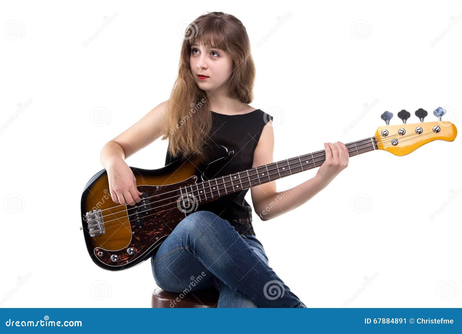使用在吉他的十几岁的女孩