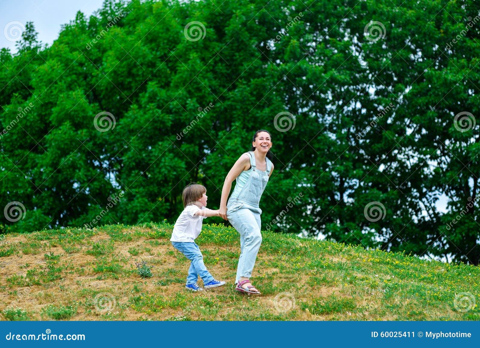 使用在夏天的母亲和愉快的儿子停放