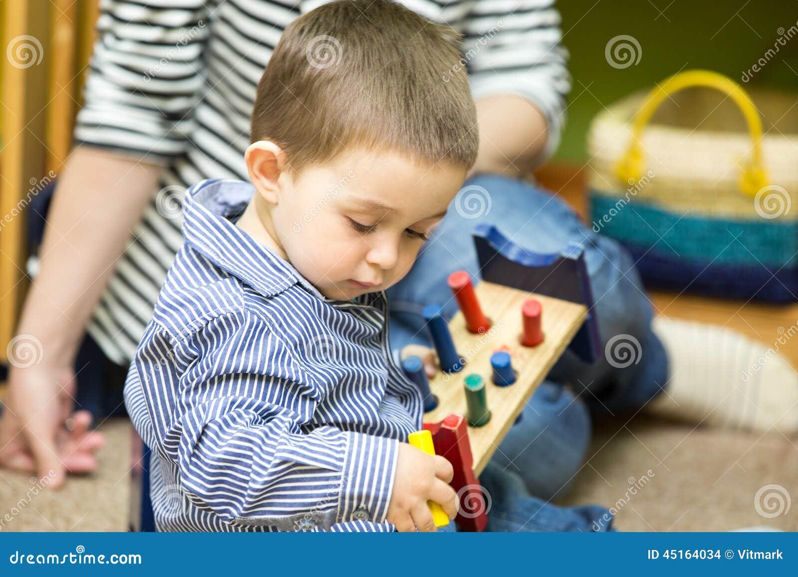 使用在幼儿园的小孩男孩在蒙台梭利类