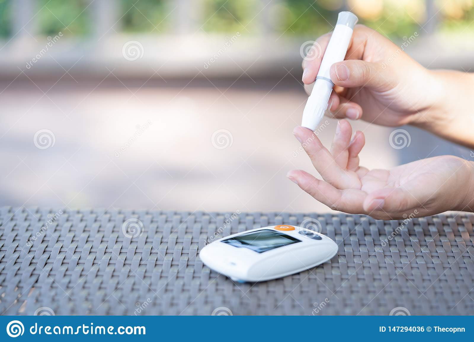 使用在手指的妇女柳叶刀检查血糖水平