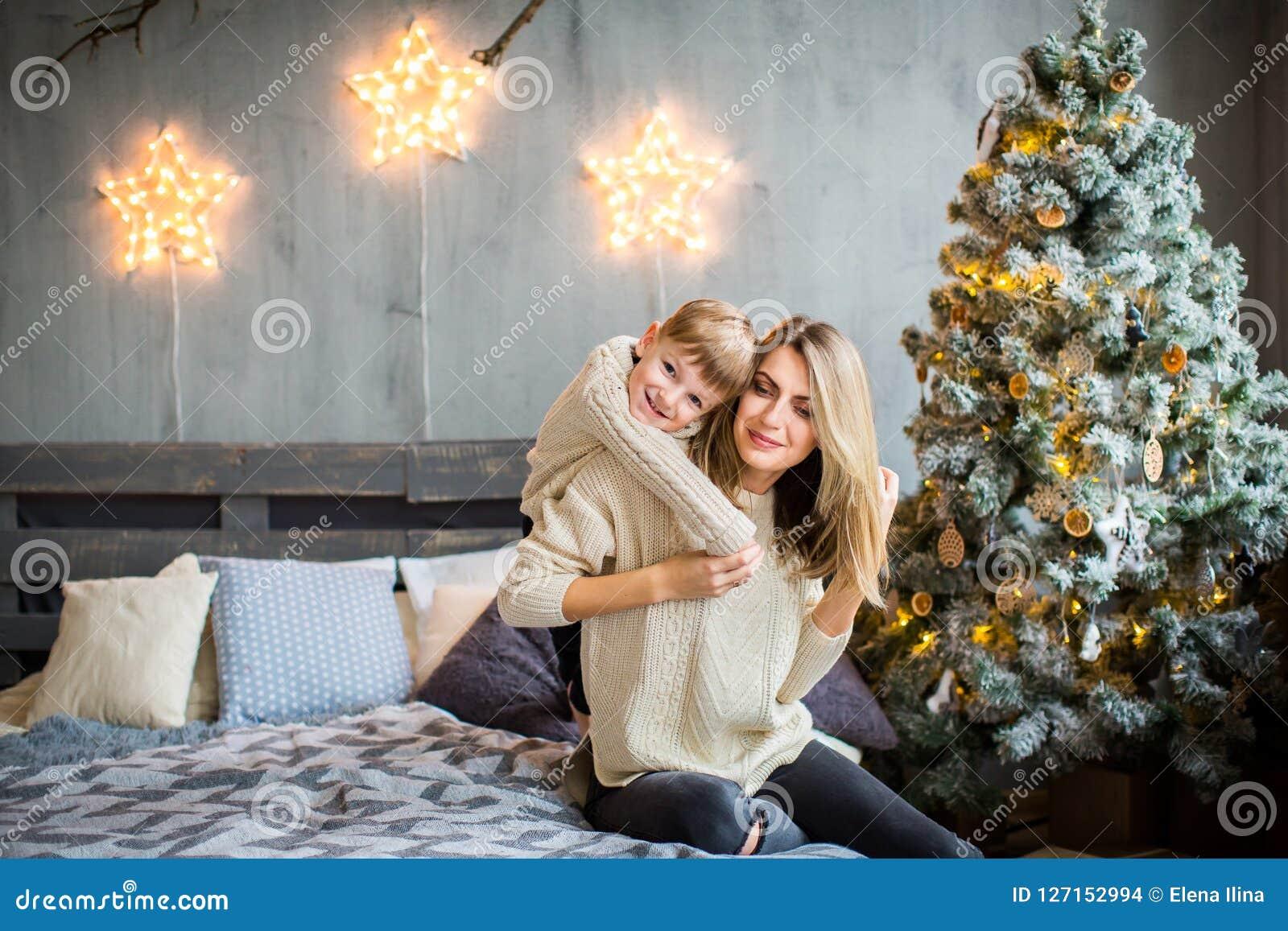 使用在新年` s背景的母亲和儿子愉快的画象