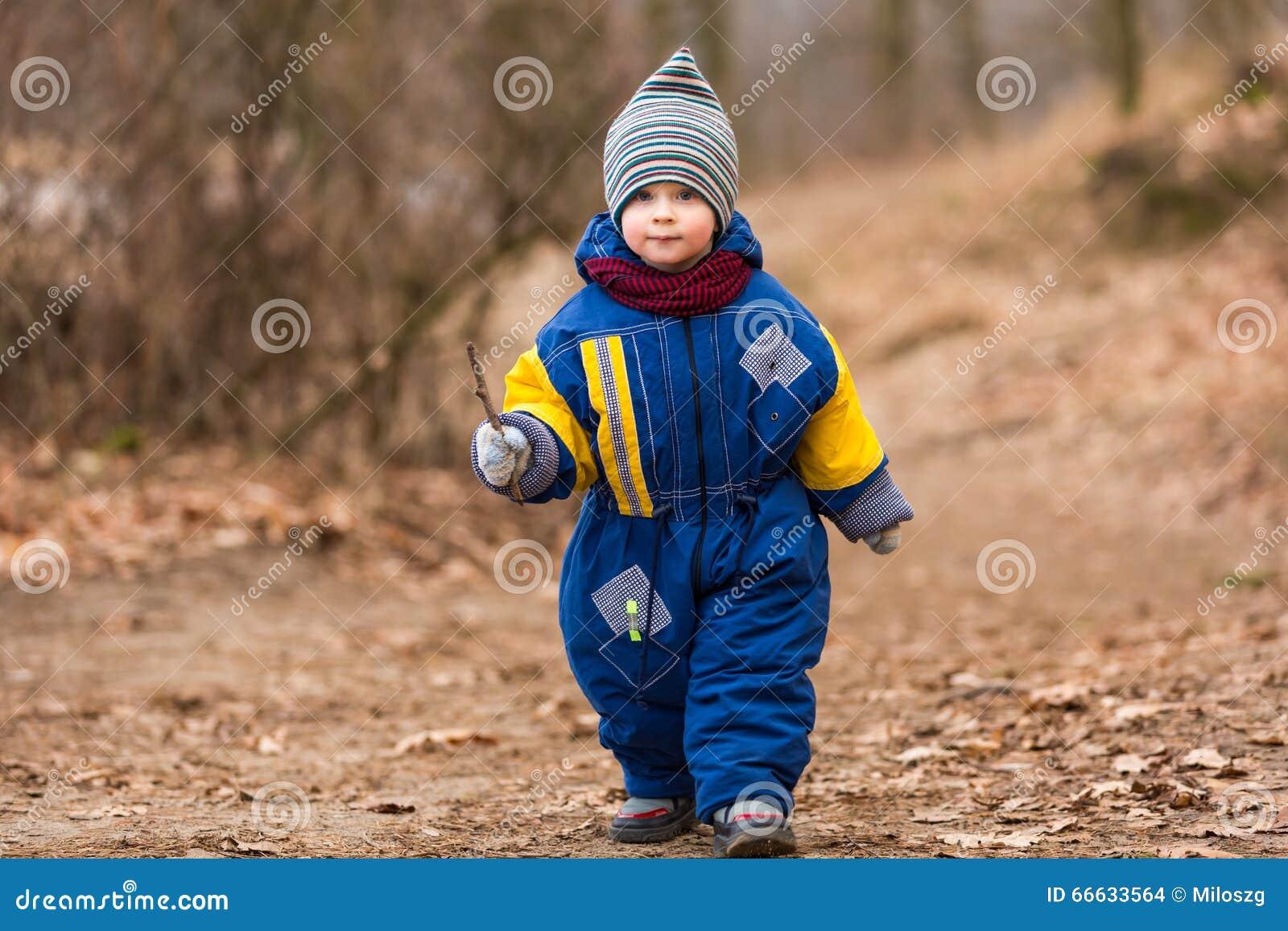 使用在森林里的小白种人男孩在早期的春天