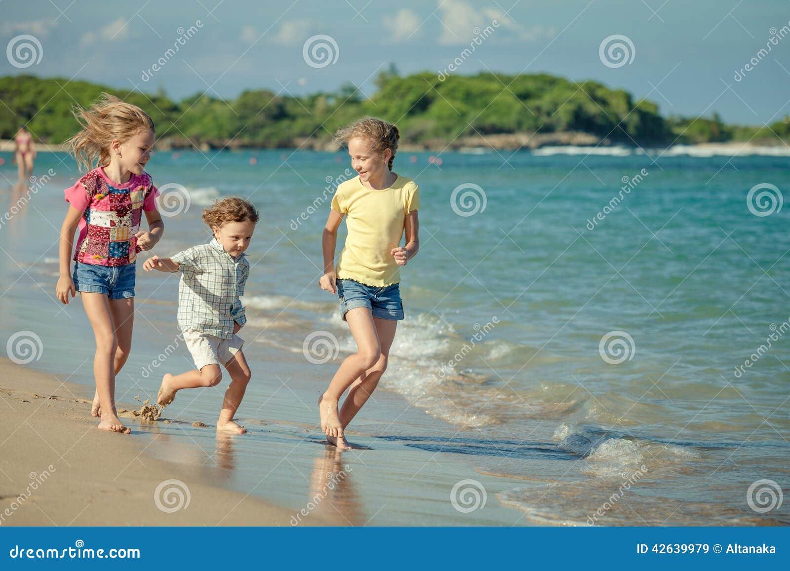 使用在海滩的愉快的孩子